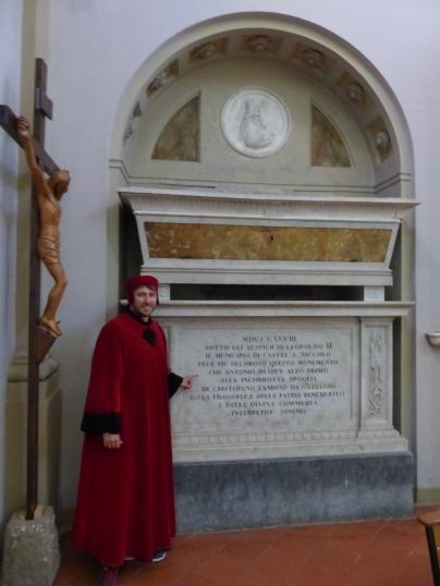 Il Poeta ricorda il primo grande commentore totale della Divina Commedia Cristoforo Landino davanti alla sua tomba a Borgo alla Collina.